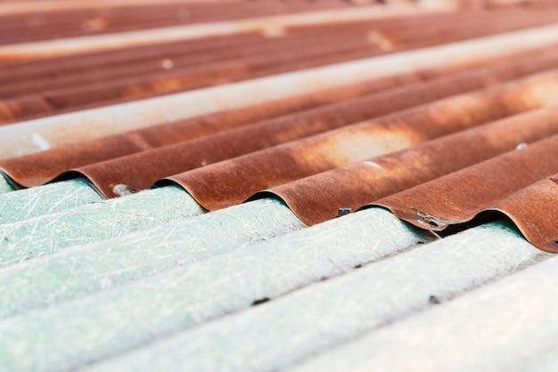 Struttura arrugginita della lamina di metallo del ferro ondulato di vecchio tetto.