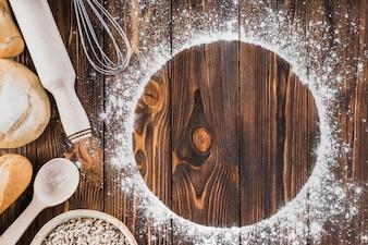 Struttura bianca fatta con farina e pane fresco su fondo di legno