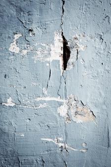 Struttura concreta con luce blu fredda