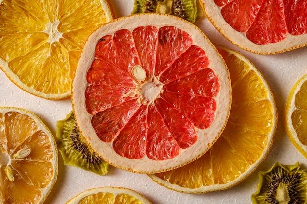 Struttura creativa della frutta dell'alimento con la macro secca del pompelmo, del kiwi, dell'arancia e del limone, vista superiore