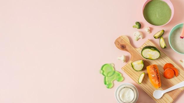 Struttura degli alimenti per bambini su fondo rosa
