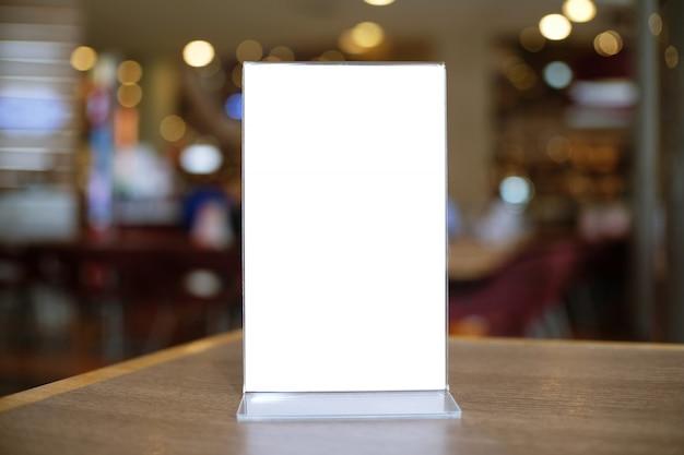 Struttura del menu che sta sulla tavola di legno nel caffè del ristorante di antivari. spazio per promoti marketing di testo
