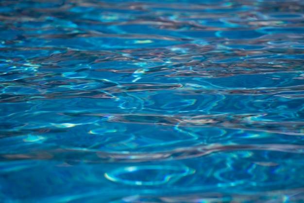 Struttura dell'acqua vaga nella fine della piscina di estate,