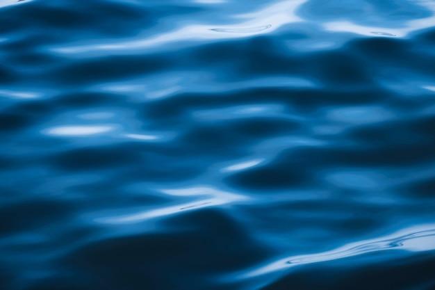 Struttura della superficie dell'acqua del ricciolo dell'ondulazione dell'onda del mare blu