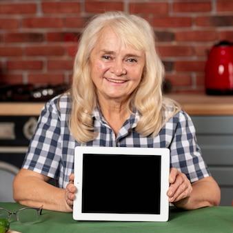 Struttura della tenuta della femmina più anziana di vista frontale