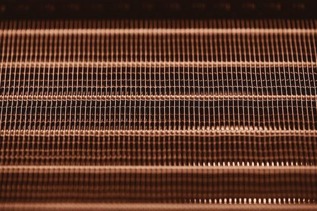 Struttura dettagliata del radiatore di raffreddamento ad acqua del motore. immagine di sfondo della parte di automobile arancio con la fine dello spazio della copia su.