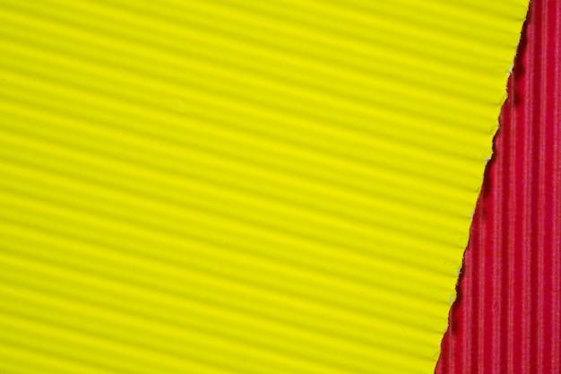 Struttura di carta ondulata rossa e gialla