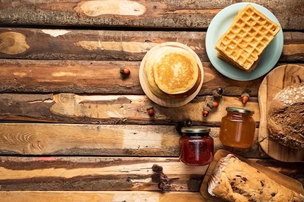 Struttura di cibo piatto laici su fondo di legno