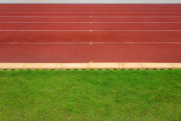Struttura di eseguire i circuiti di gomma rossi della pista in stadio all'aperto