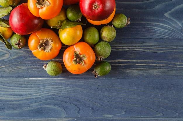 Struttura di estate con le verdure e la frutta organiche fresche su fondo di legno