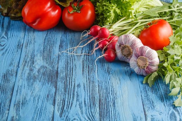 Struttura di estate con le verdure e la frutta organiche fresche su superficie di legno