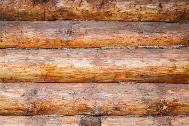 Struttura di legno marrone con linee orizzontali di barre