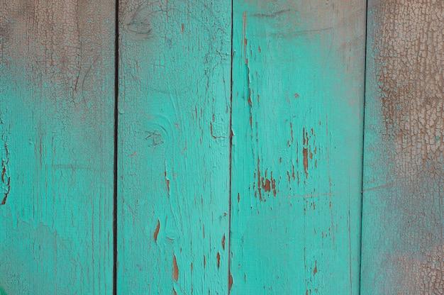 Struttura di legno verde con crepe sulla vernice e abrasioni