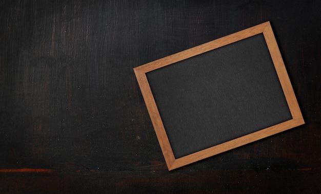 Struttura di legno verniciata nera del primo piano