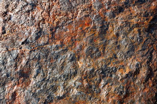 Struttura di pietra nella riva della spiaggia con rosso