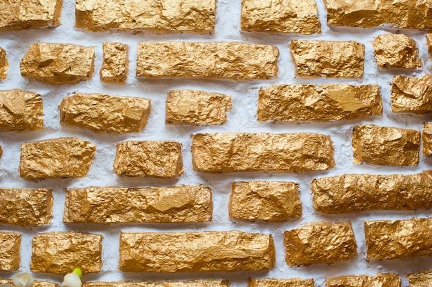 Struttura di vecchia pietra ornamentale della parete dorata