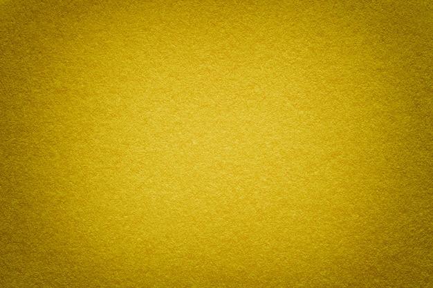 Struttura di vecchio fondo di carta dorato, primo piano. struttura di cartone denso.