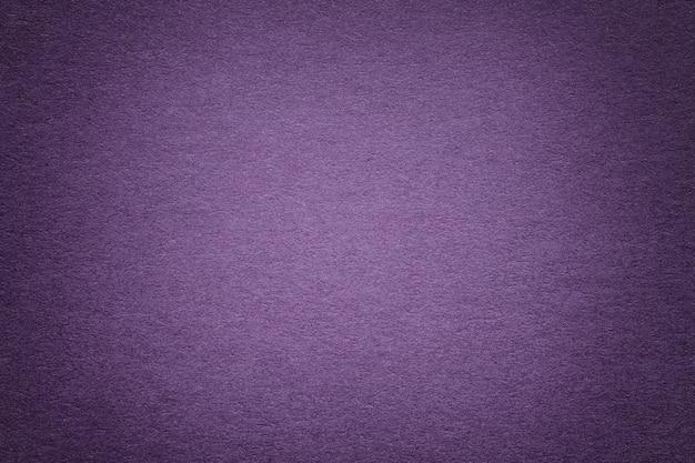 Struttura di vecchio fondo di carta viola, primo piano. struttura di cartone denso.