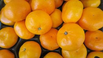 Struttura di vista superiore delle arance fresche messe in scatola