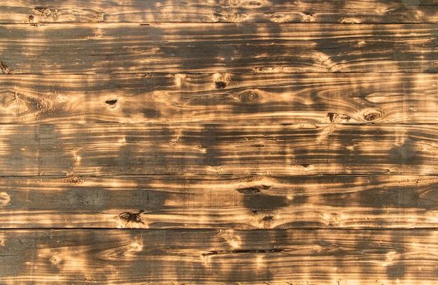 Struttura e fondo di legno scuri.