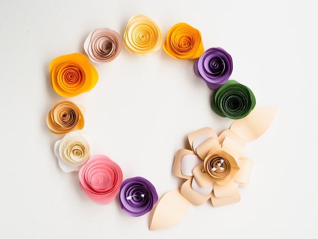 Struttura elegante dei fiori di carta su fondo bianco