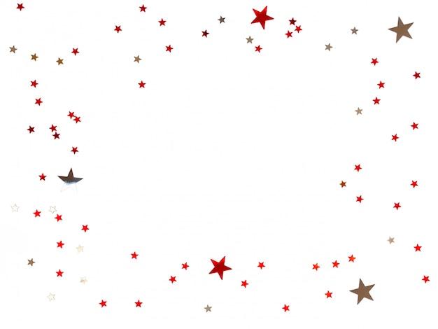 Struttura fatta dei coriandoli di stelle di scattering su fondo bianco