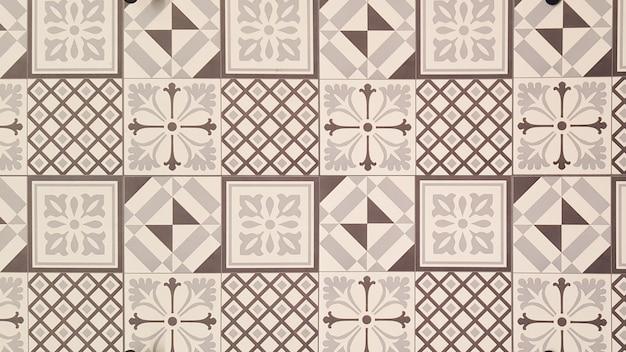Struttura geometrica bianca e marrone della parete delle mattonelle dell'azulejo
