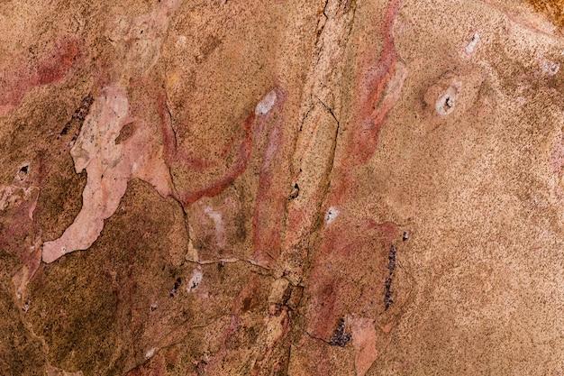 Struttura impilata arrugginita della parete di pietra