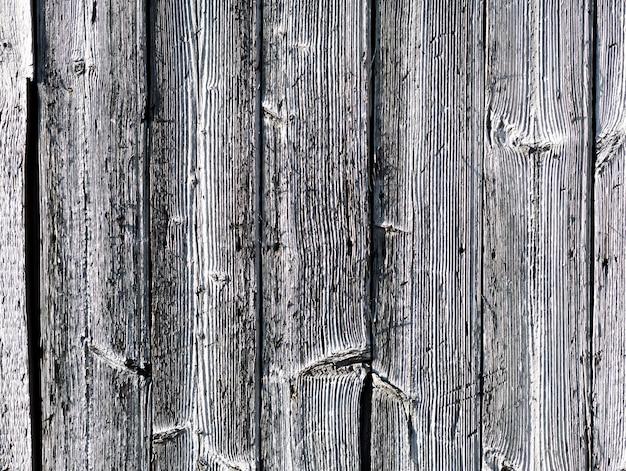 Struttura in legno bianco e nero con graffi