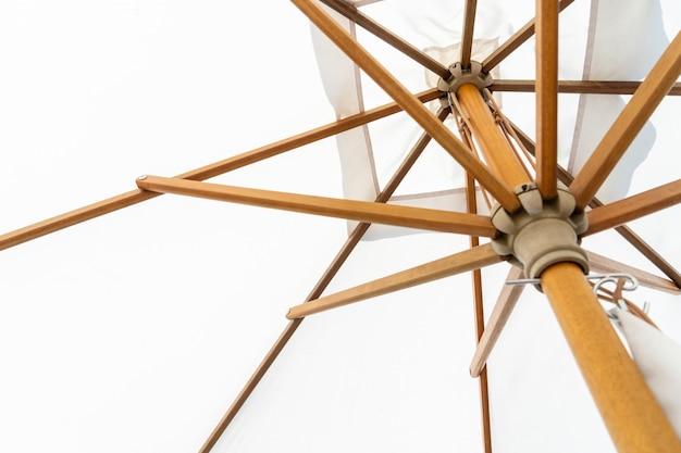 Struttura in legno con ombrellone per piscina