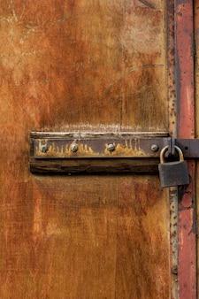 Struttura in legno con serratura in metallo arrugginito
