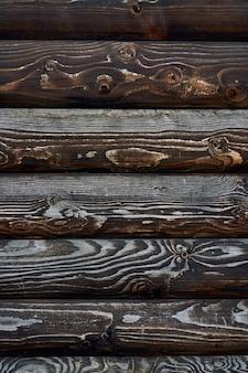 Struttura in legno di assi marrone scuro.