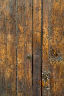 Struttura in legno invecchiato con superficie in metallo