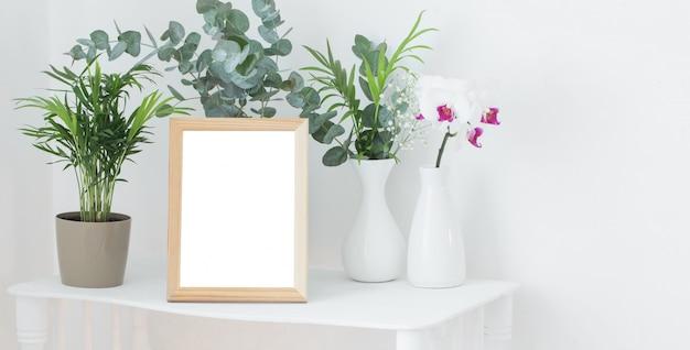 Struttura in legno su mensola bianca vintage con fiori e piante