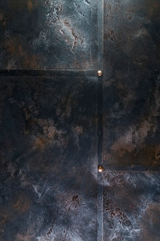 Struttura in metallo con rivetti e ruggine superficiale