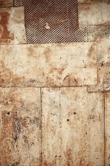 Struttura in metallo zincato con vecchia vernice scrostata