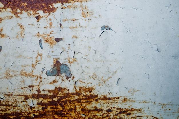 Struttura metallica con graffi e crepe, muro di ruggine
