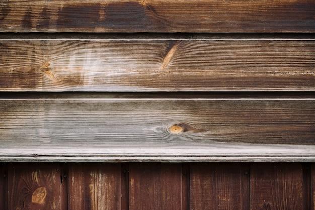 Struttura naturale della superficie del legno. frammento del dettaglio di struttura di legno naturale d'annata. parete di legno marrone rurale, recinto, pavimento con copyspace. fondo di legno irregolare orizzontale e verticale irregolare.