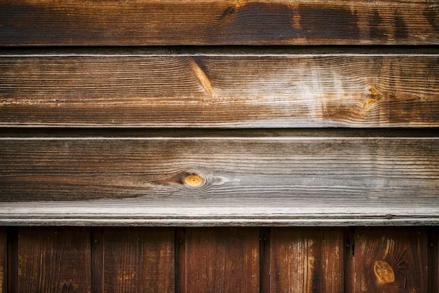 Struttura naturale della superficie del legno. frammento del dettaglio di struttura di legno naturale d'annata. parete di legno marrone rurale, recinto, pavimento con lo spazio della copia. fondo di legno irregolare orizzontale e verticale irregolare.