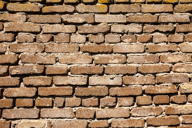 Struttura orizzontale della parete di parecchie file di vecchi mattoni