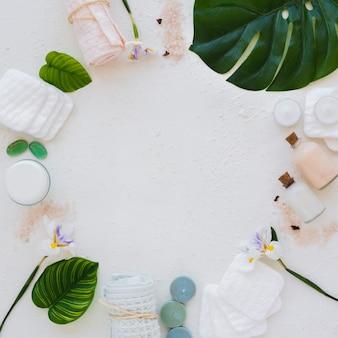 Struttura piana di disposizione dei prodotti del bagno su fondo bianco