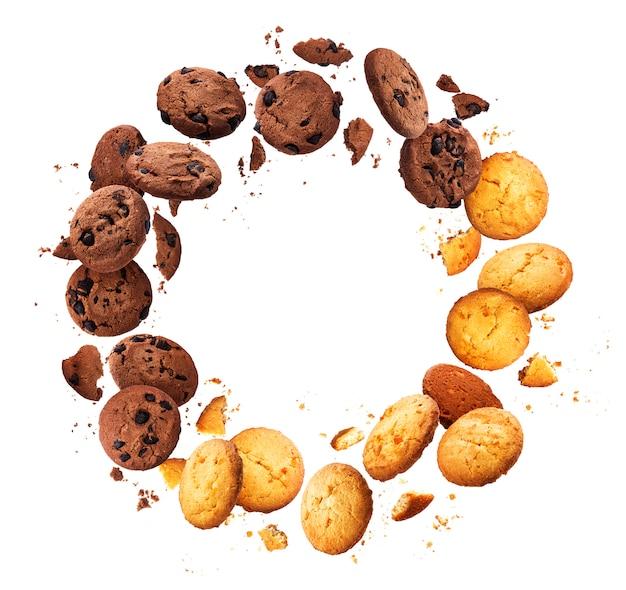 Struttura rotonda fatta di caduta dei biscotti di chip rotti isolati su fondo bianco