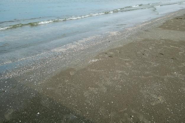 Struttura sabbiosa al mar nero, romania. grande sabbia con piccole pietre, luce solare intensa.
