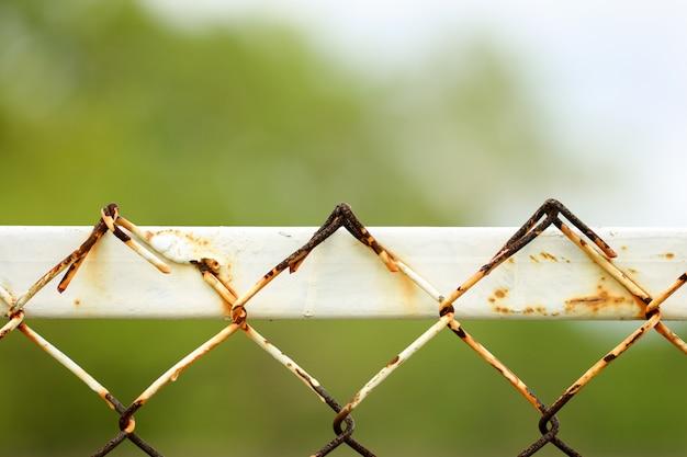 Struttura senza giunte di recinzione arrugginita