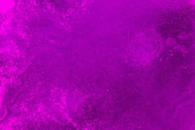 Struttura spumosa su liquido colorato viola