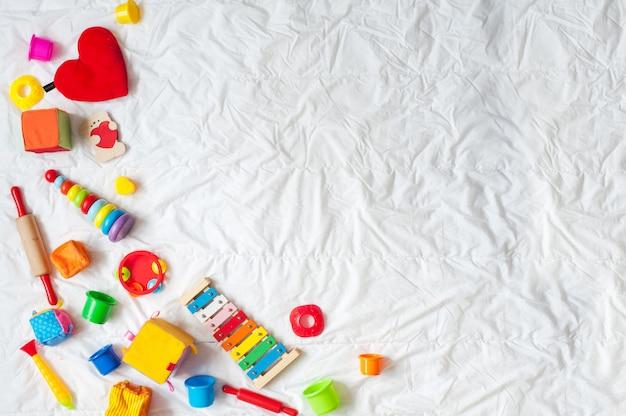 Struttura variopinta luminosa dei giocattoli dei bambini su fondo bianco. vista dall'alto. distesi. copia spazio per te