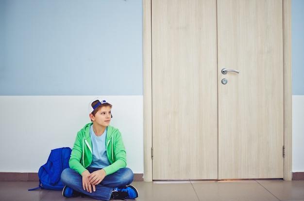 Student attesa che i suoi compagni di classe