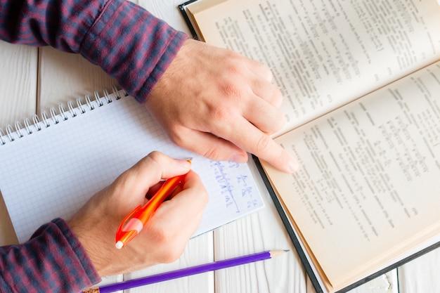 Studente a fare i compiti