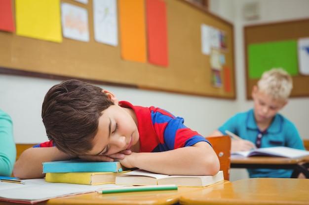 Studente addormentato su una scrivania