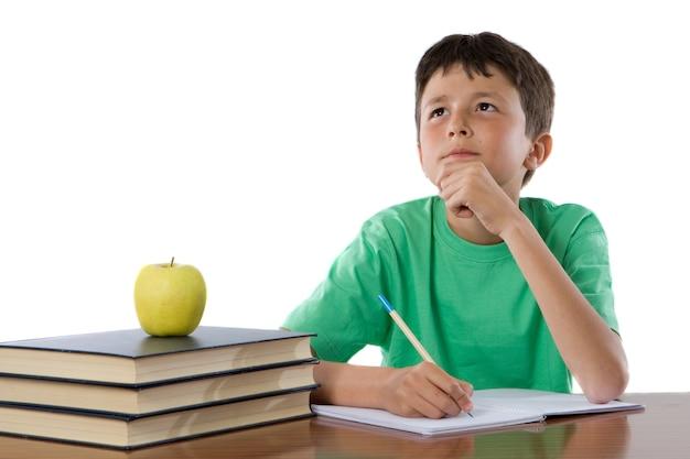 Studente adorabile che pensa sopra una priorità bassa sopra bianca